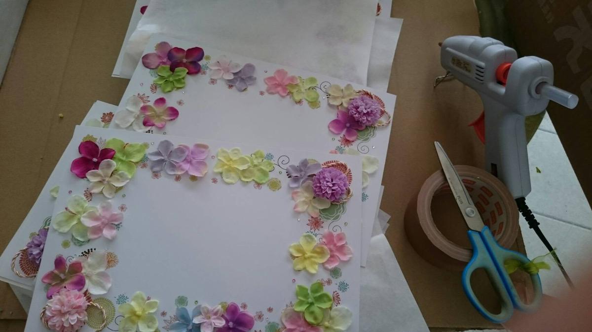 台紙にひとつずつお花をつけます